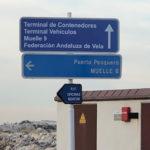 Pasado el primer indicador del Muelle 8 llegamos al segundo que nos indica que debemos ir dirección Puerto pesquero. Debajo podemos leer P.I.F.